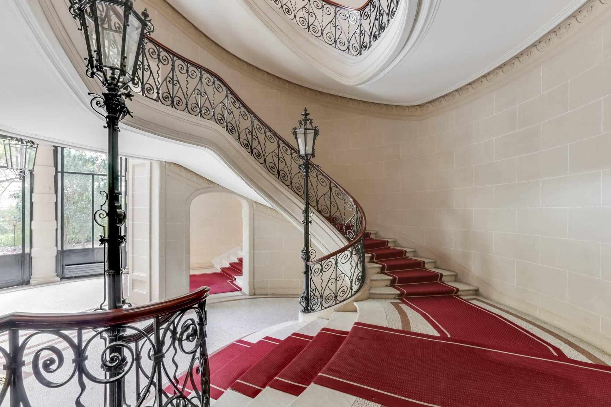 Etoile Hoche - Staircase